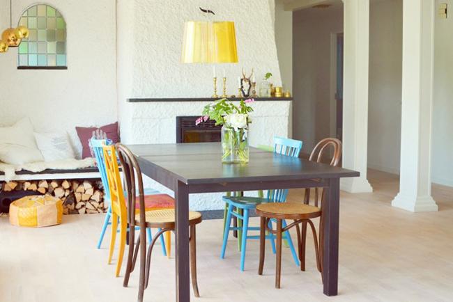 Mesa-comedor-sillas-thonet-distintos-colores